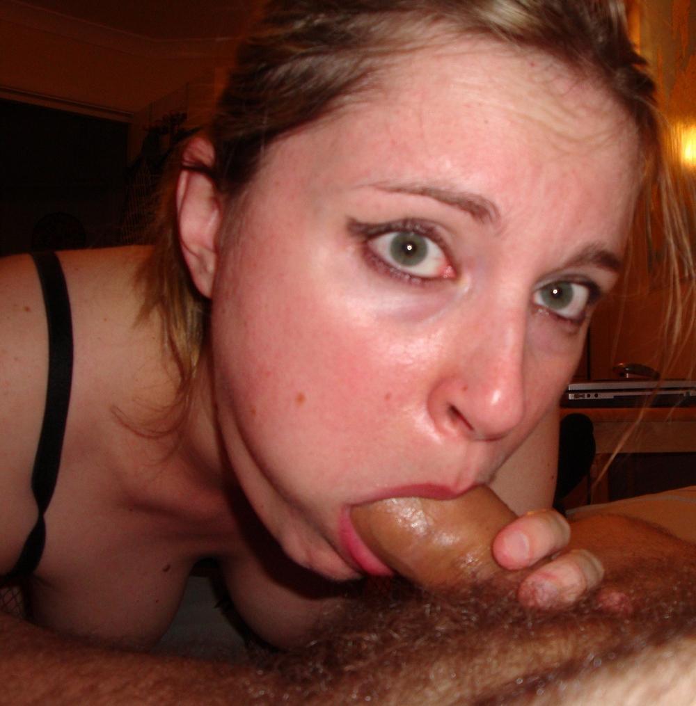 Woman с румяными щечками в квартире блистает небритую манду и голенькие буфера