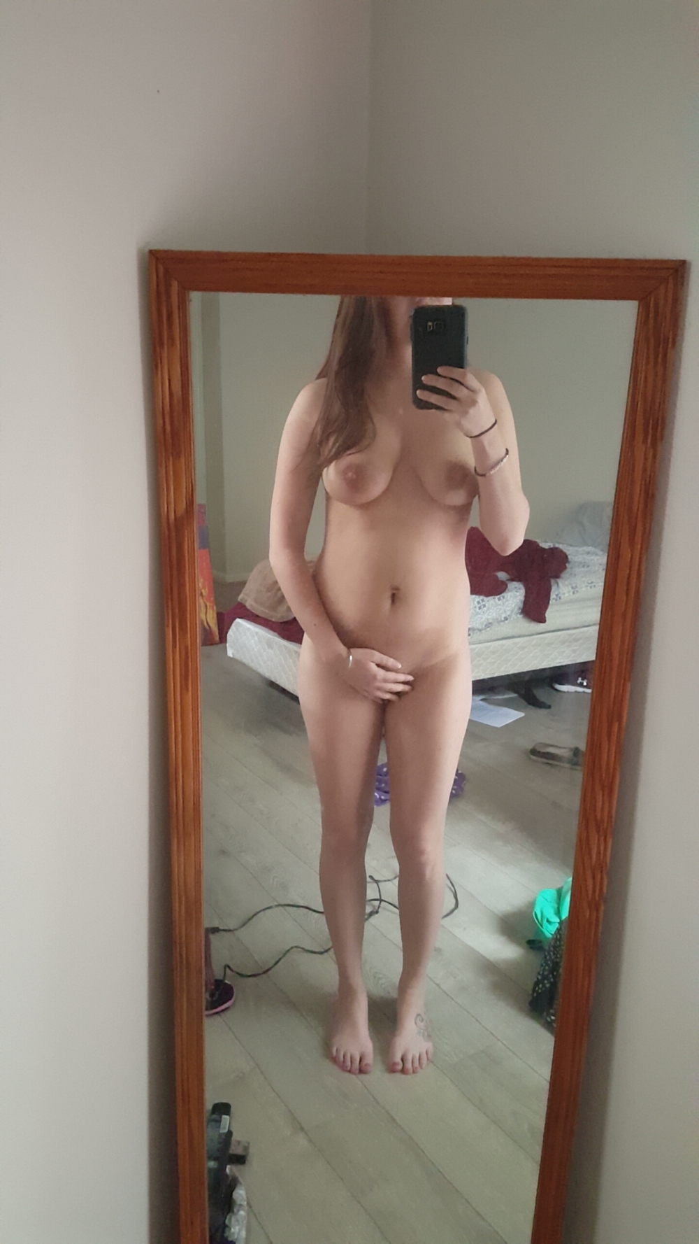 Няшка с пирсингом в языке делает интимные селфи в апартаментах секс фото
