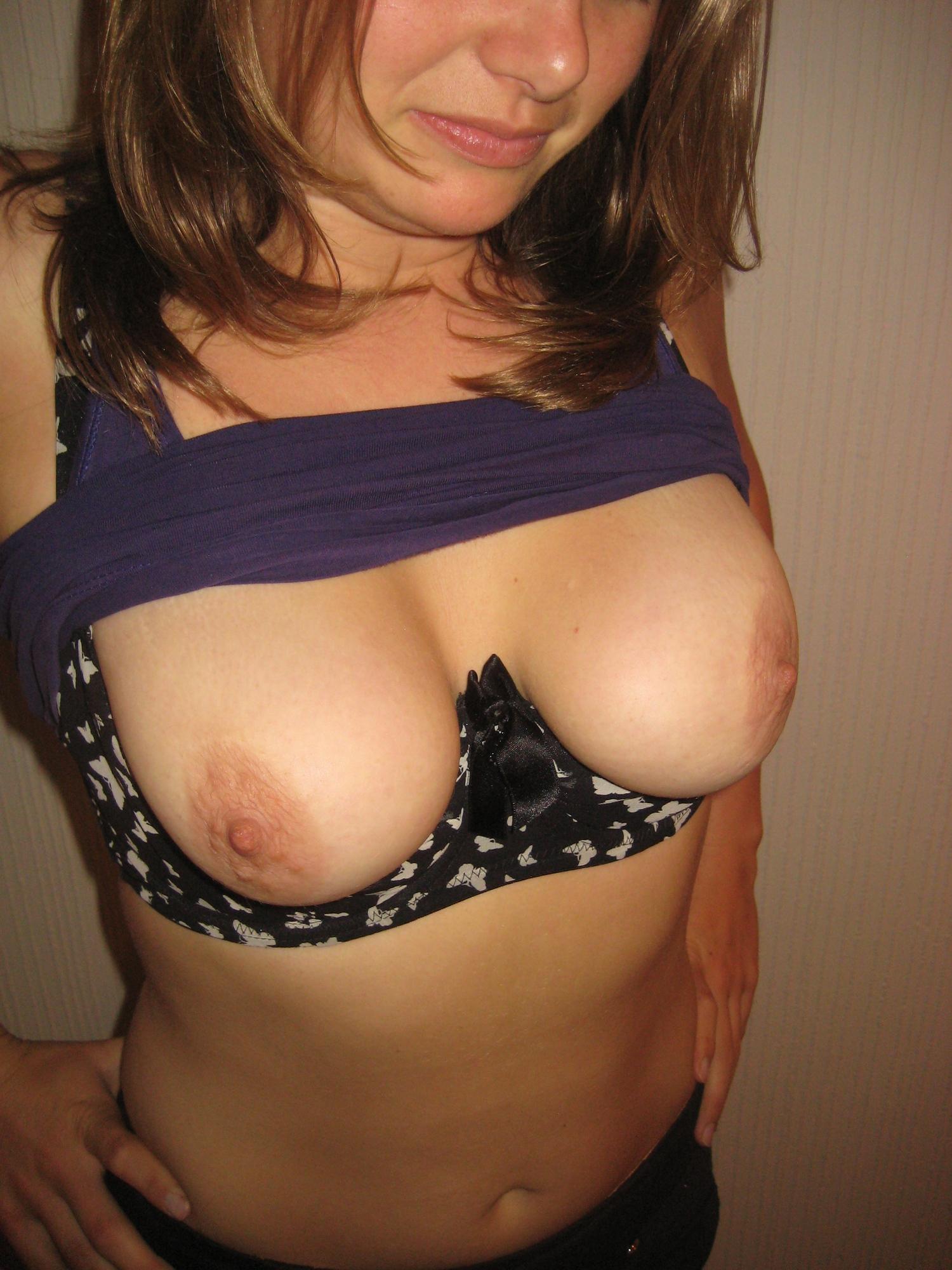 Леди обнажила грудь третьего размера задрав футболку смотреть эротику