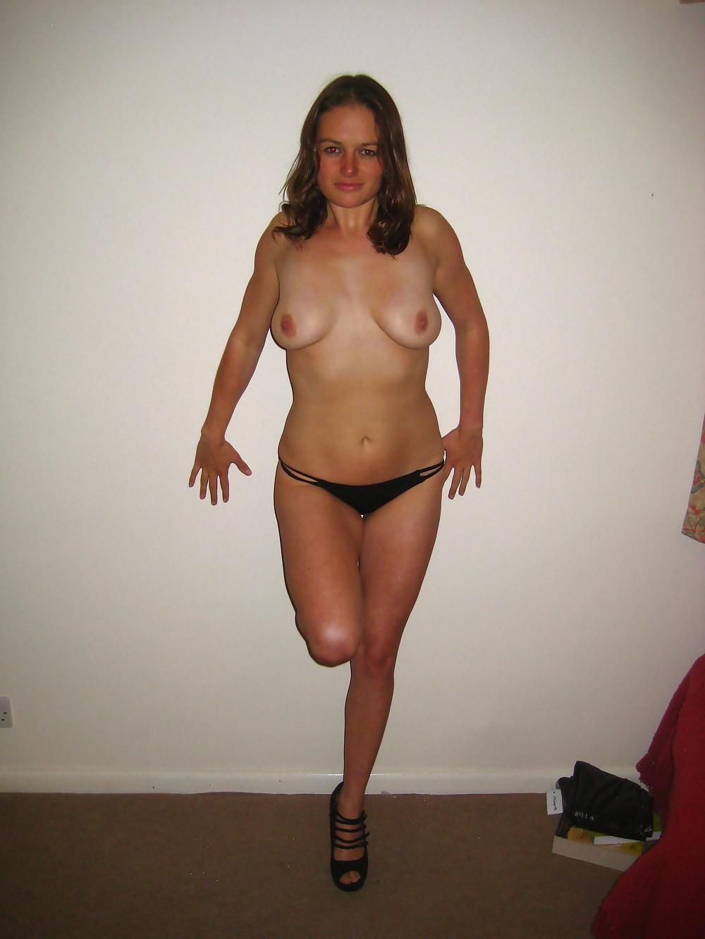 Телка регулярно выставляет напоказ грудь третьего размера у себя дома