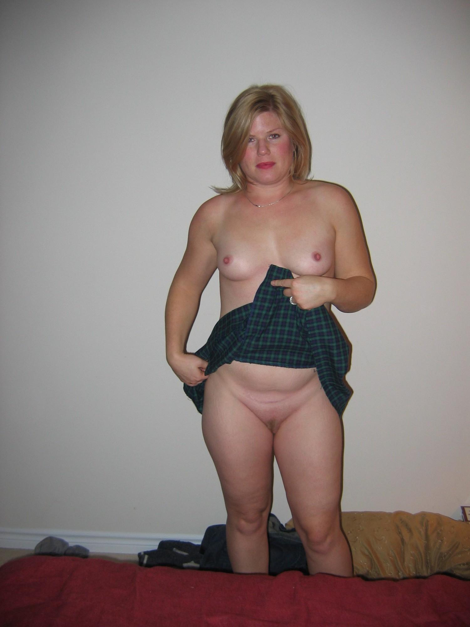 Немолодая женщина в квартире показывает сочную вагину
