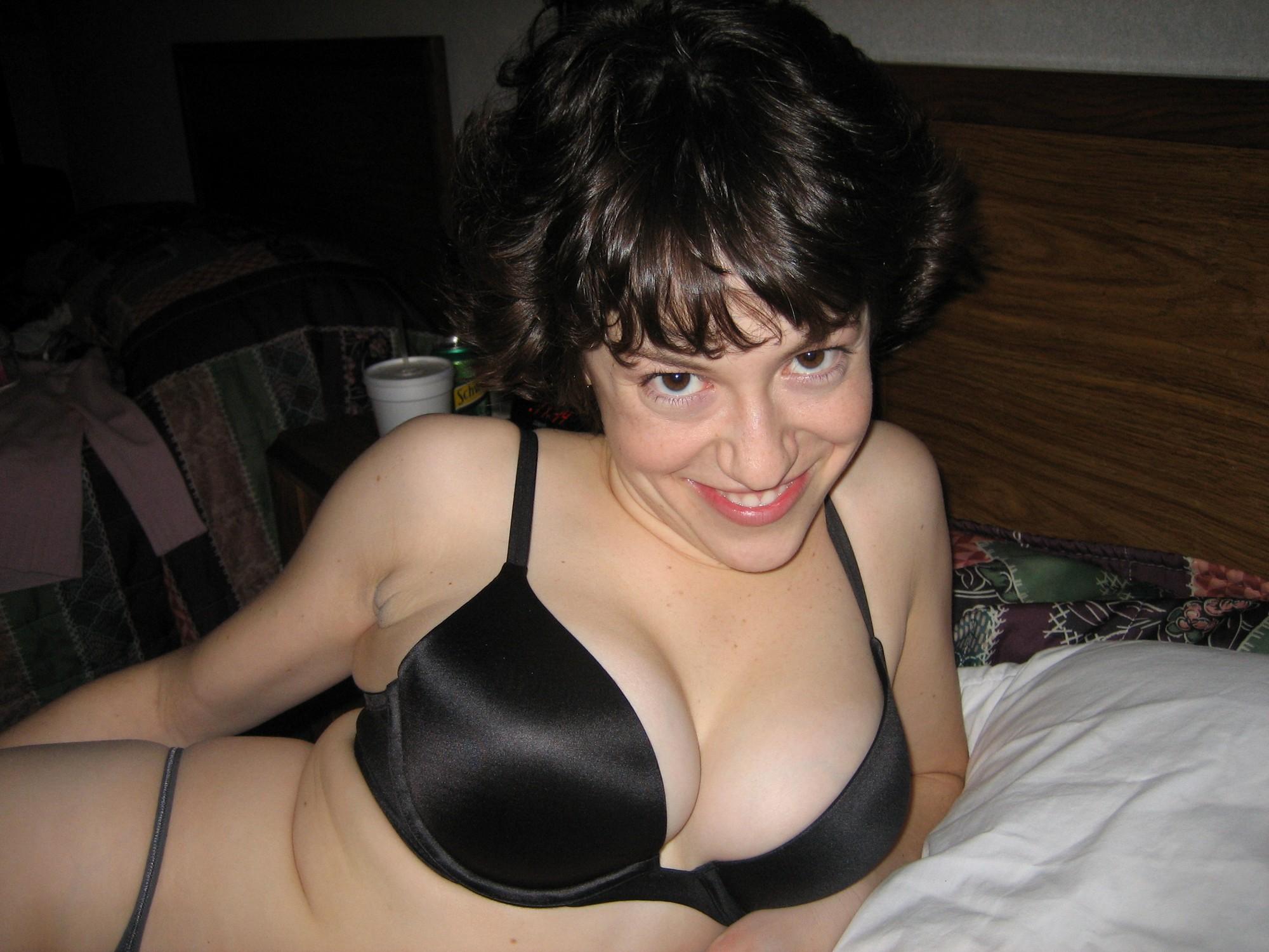 Бабенка ласкает клитор секс игрушкой лежа на спине