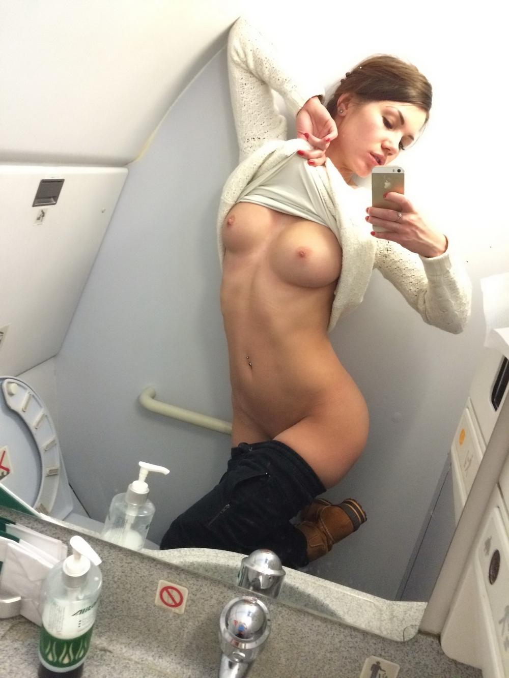 Пошлячка со спортивной фигурой свети голыми титьками на курорте