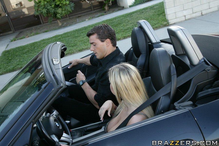 Блондинка с большими сиськами трахается с пассажиром у себя дома