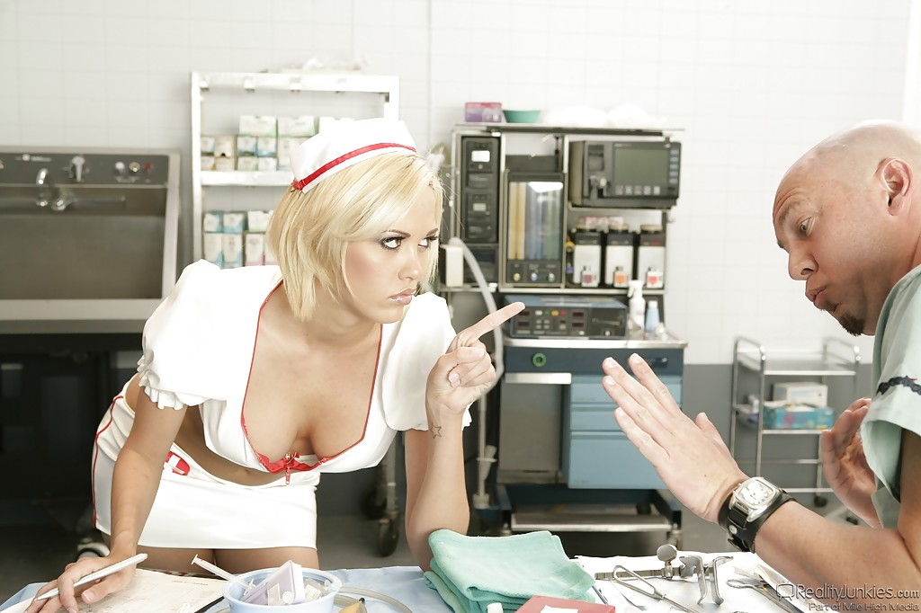 Лысый хирург в операционной трахает рассеянную медсестричку