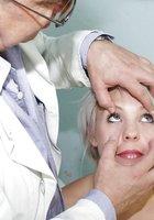 Голая блондинка раздвинула ноги перед гинекологом 2 фотография