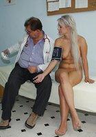 Голая блондинка раздвинула ноги перед гинекологом 3 фотография