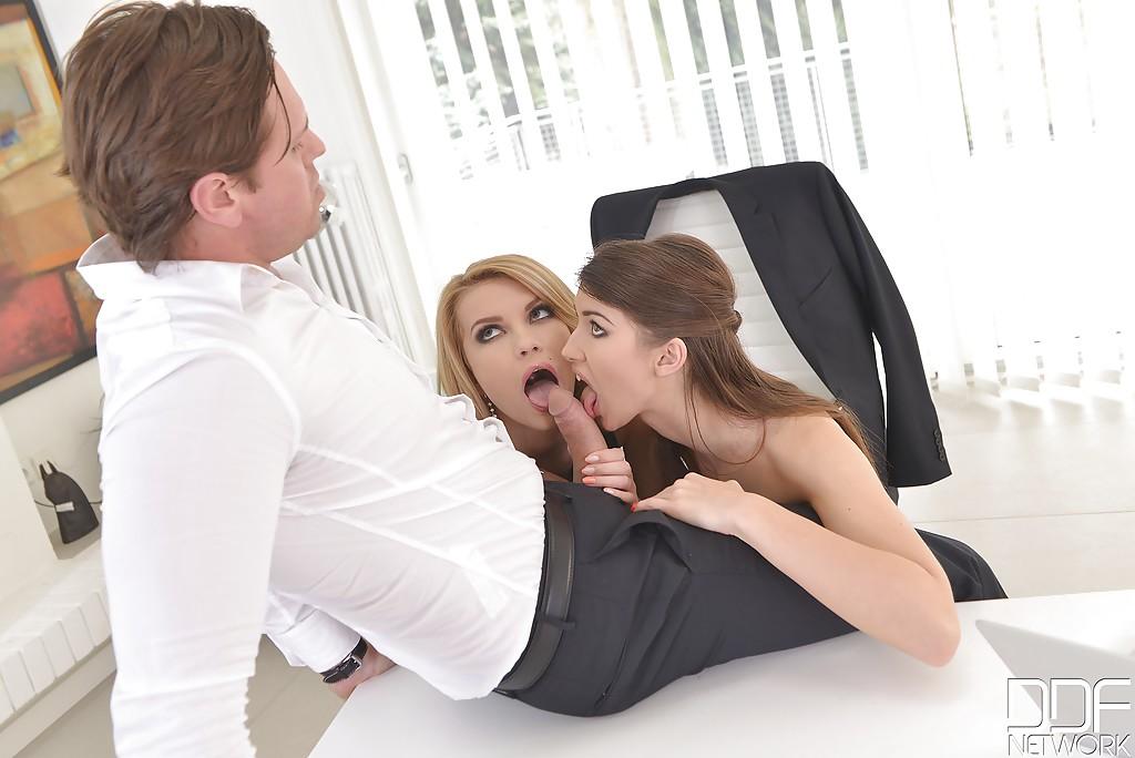 Начальник на рабочем месте ебет в задницу двоих работниц