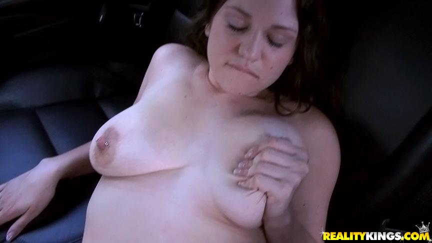 Давалка отсасывает елдак в машине перед сексом