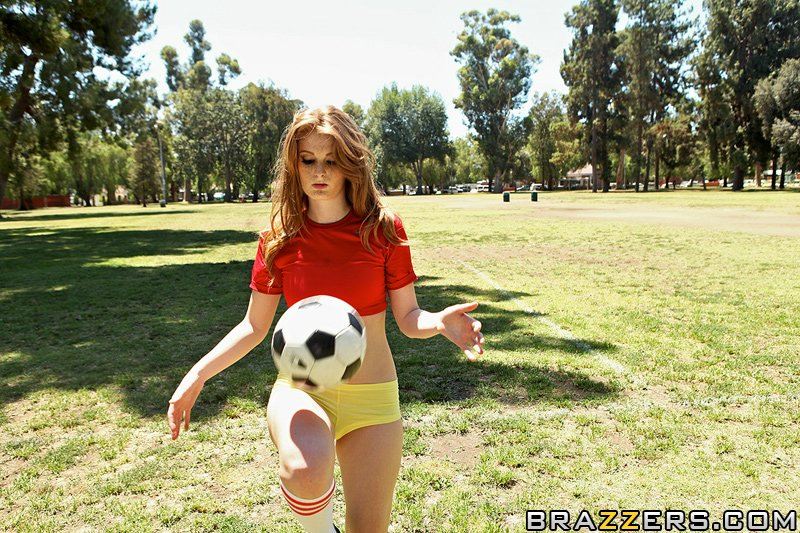 Конопатая футболистка трахается с рефери в раздевалке секс фото