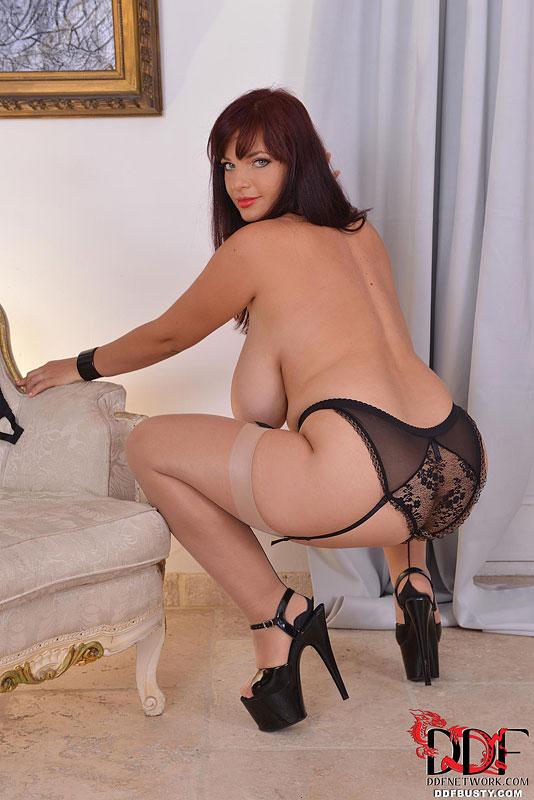 Большегрудая жирдяйка игриво фоткается в эротическом белье