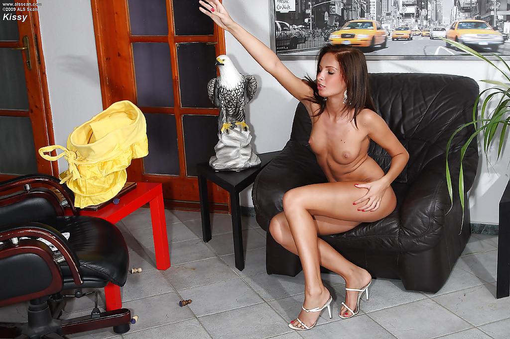 Сидя в кресле соска засунула руку в узкое влагалище