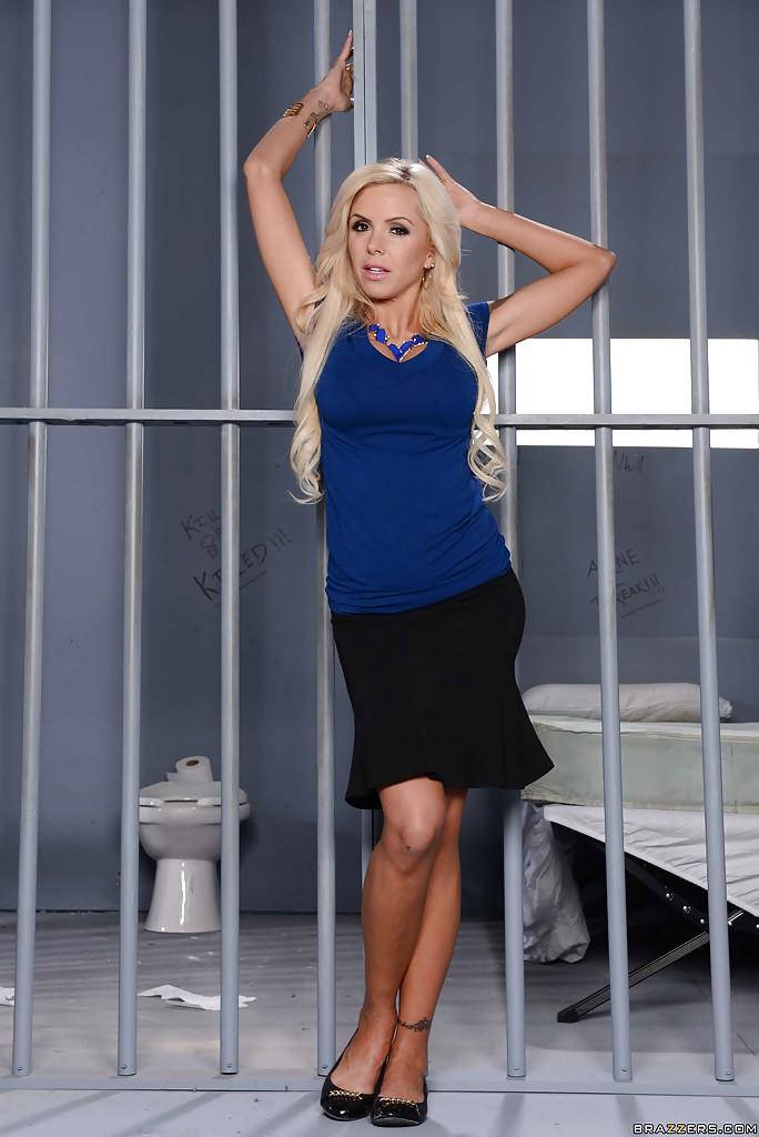 Соблазнительная адвокат сняла одежду возле тюремной камеры