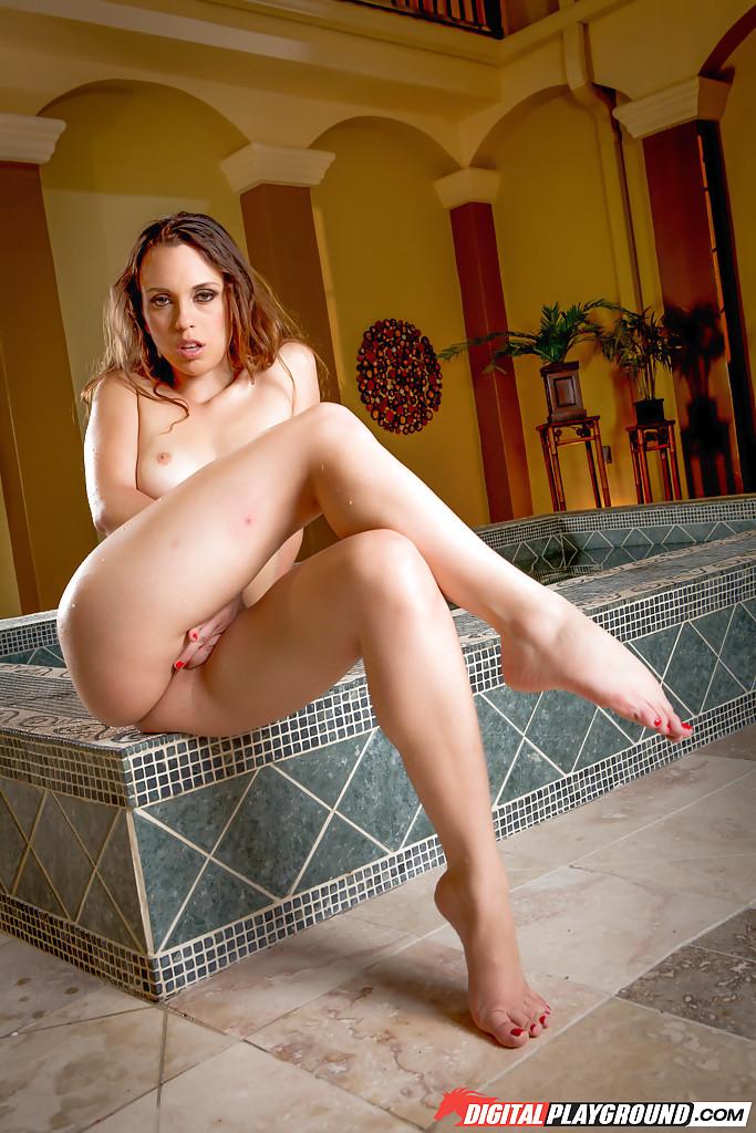 Девка сняла с себя купальник в бассейне смотреть эротику