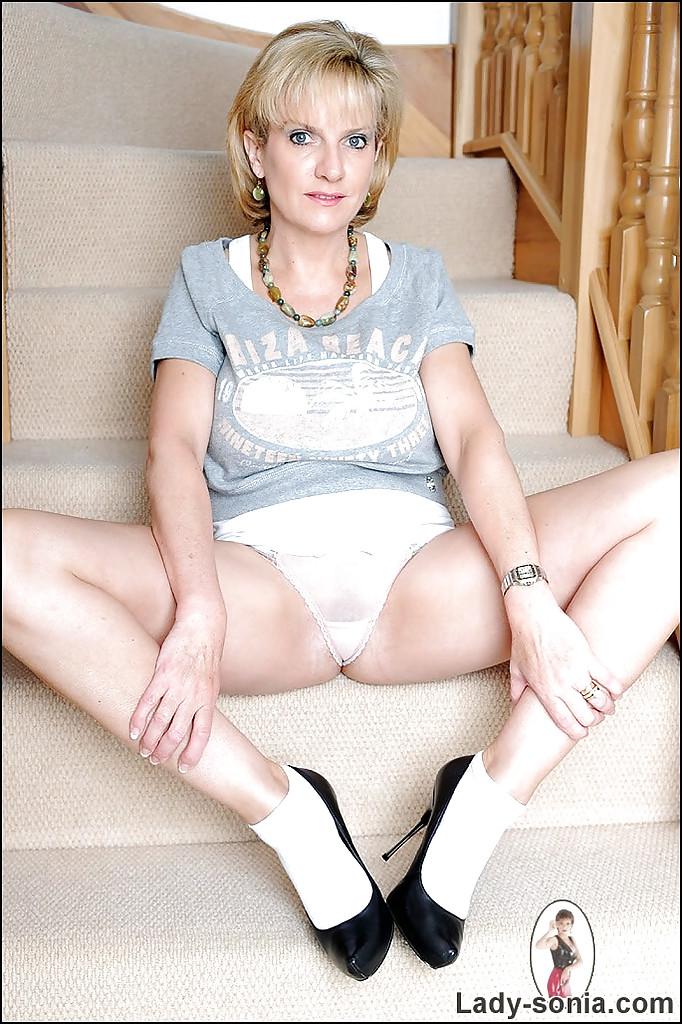 Леди Соня показывает попку на ступеньках