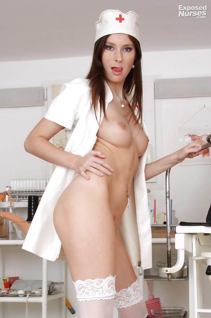 Конопатая медсестра в белоснежном халатике хвастается сладкой писькой в кабинете