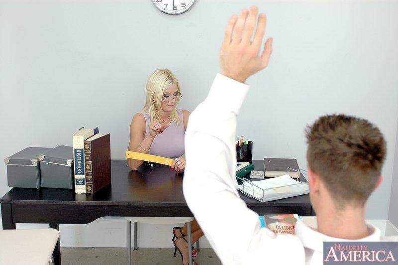 Чистая начальница в очках берет в рот хуй своего работника в кабинете
