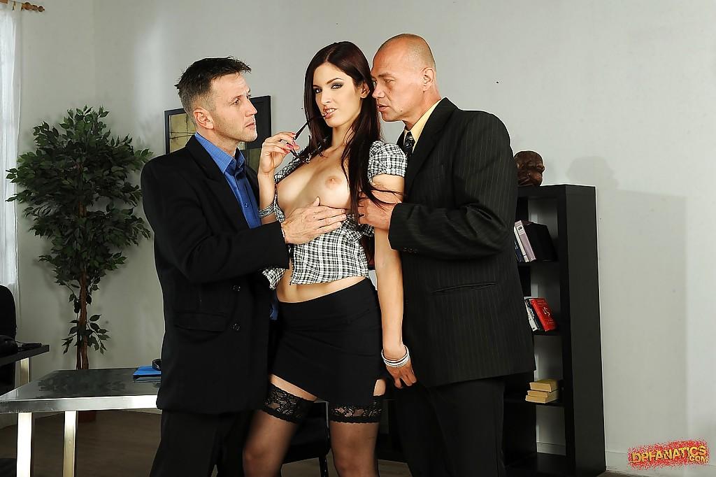 Секретарша в чулках отсасывает одновременно двум начальникам