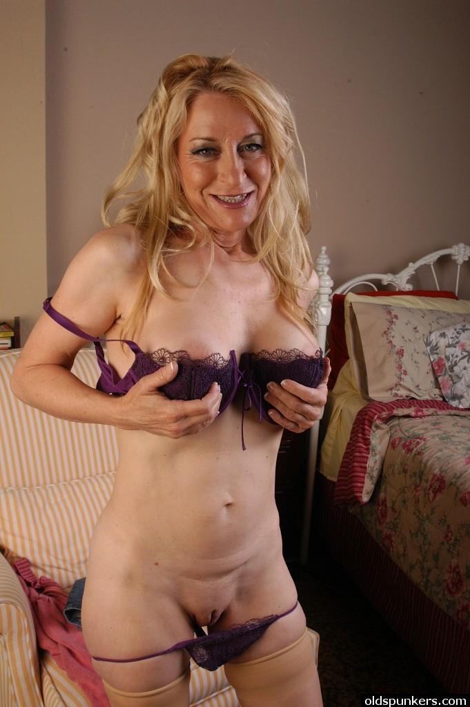 Пошлячка в возрасте снимает с себя фиолетовое белье дома