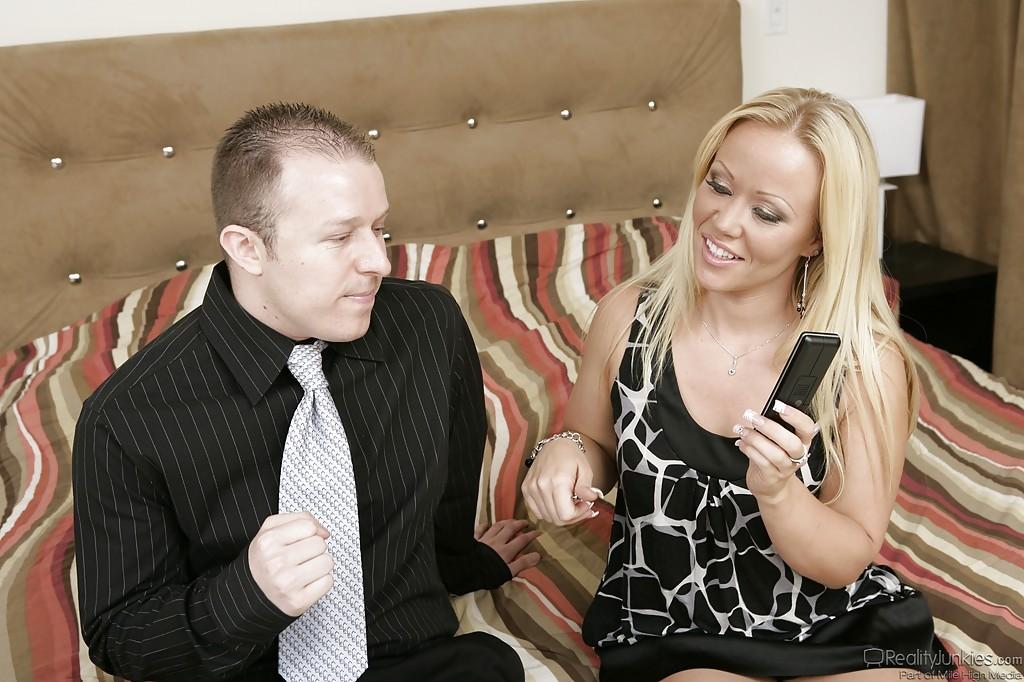 Светленькая мамаша ебется с нигером на глазах у супруга смотреть эротику