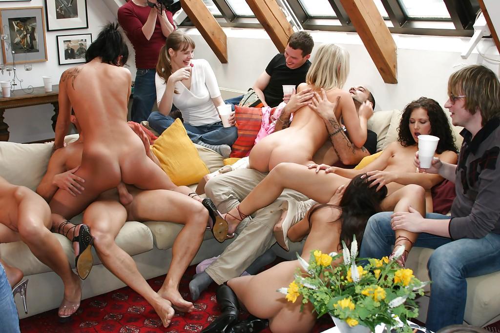 Голые девушки принимают участие в групповухе дома у товарищей