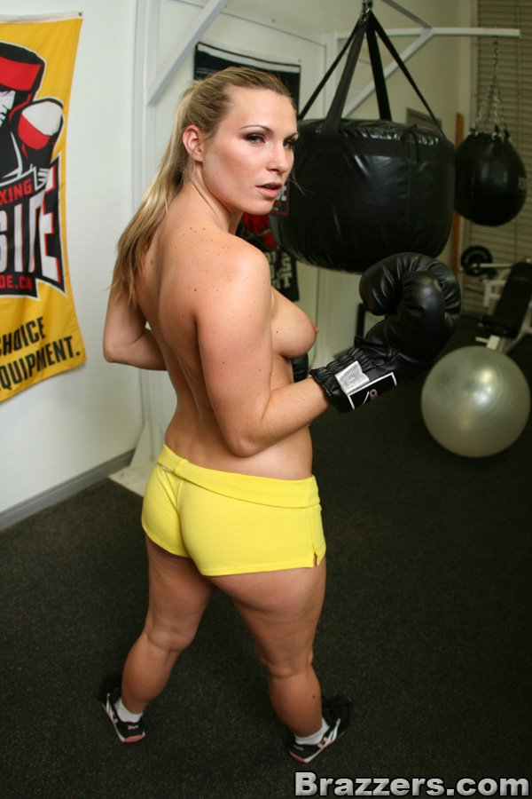 Боксерша сфотографировала настоящие дойки во время тренировки
