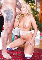 Carla Cox отсасывает здоровому парню возле новогодней елки 14 фотография