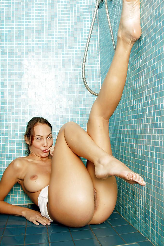 Влажная девица возбудилась в ванне