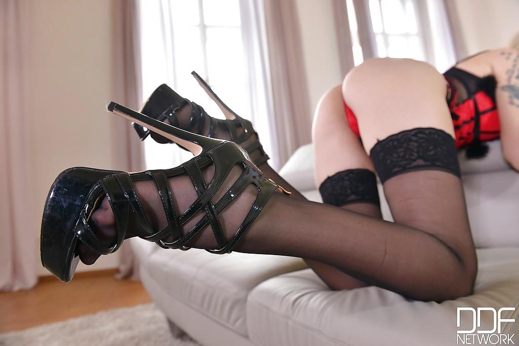 Возбуждающая бестия в корсете блистает ножками на тахте секс фото