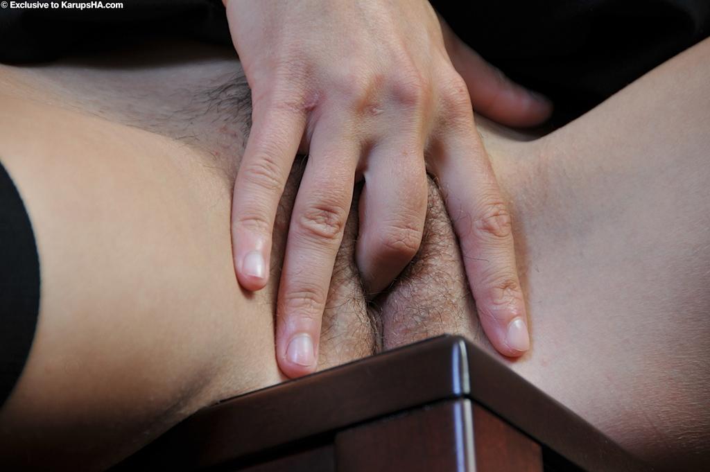 Молодая полицейская шалит дома в сексуальной униформе