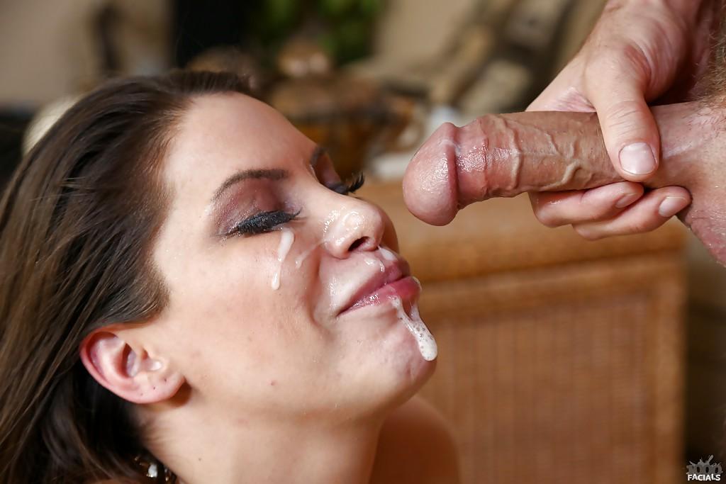 Сварливая мамаша наслаждается спермой на лице