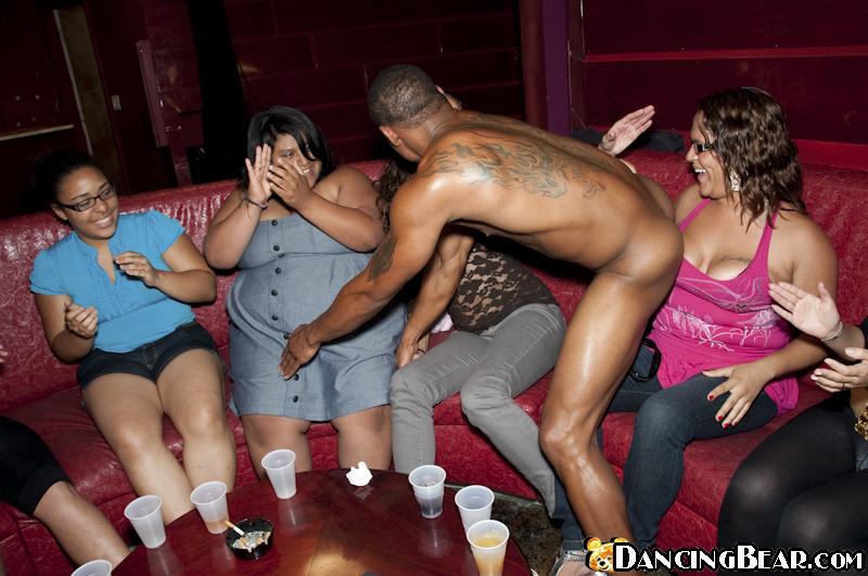 На тусовке голый негр радует девушек видом своего члена