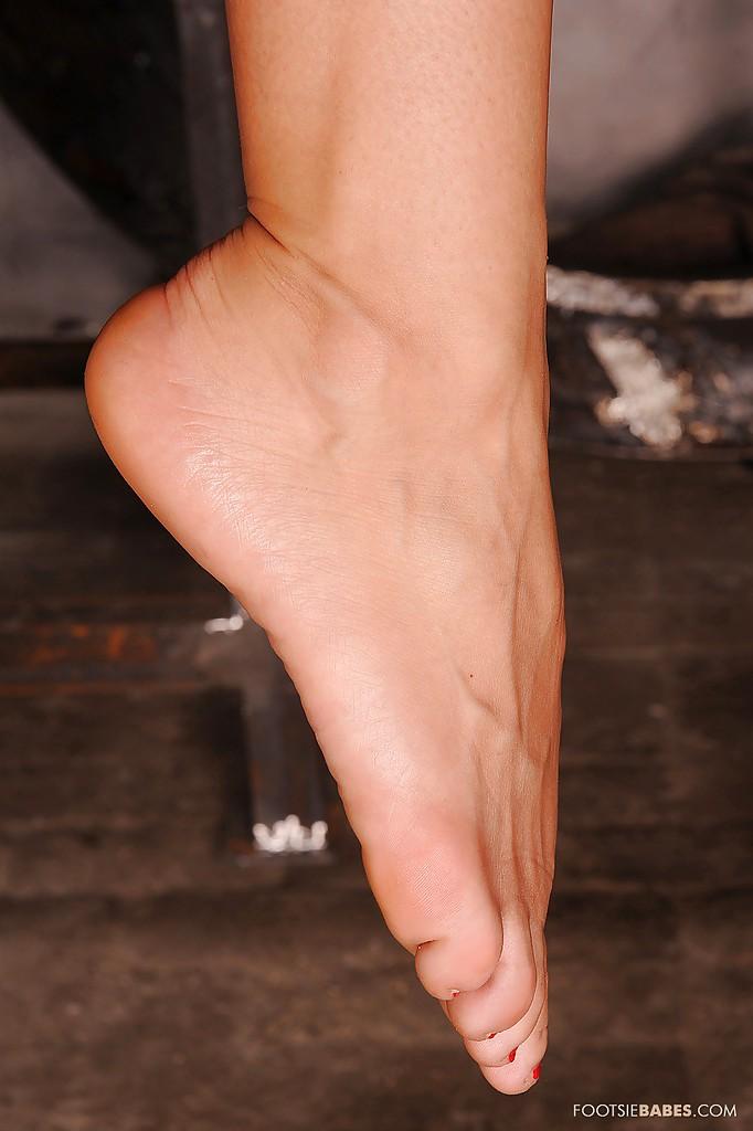 Лысая неформалка в чёрном латексе повисла пальцами на крюках