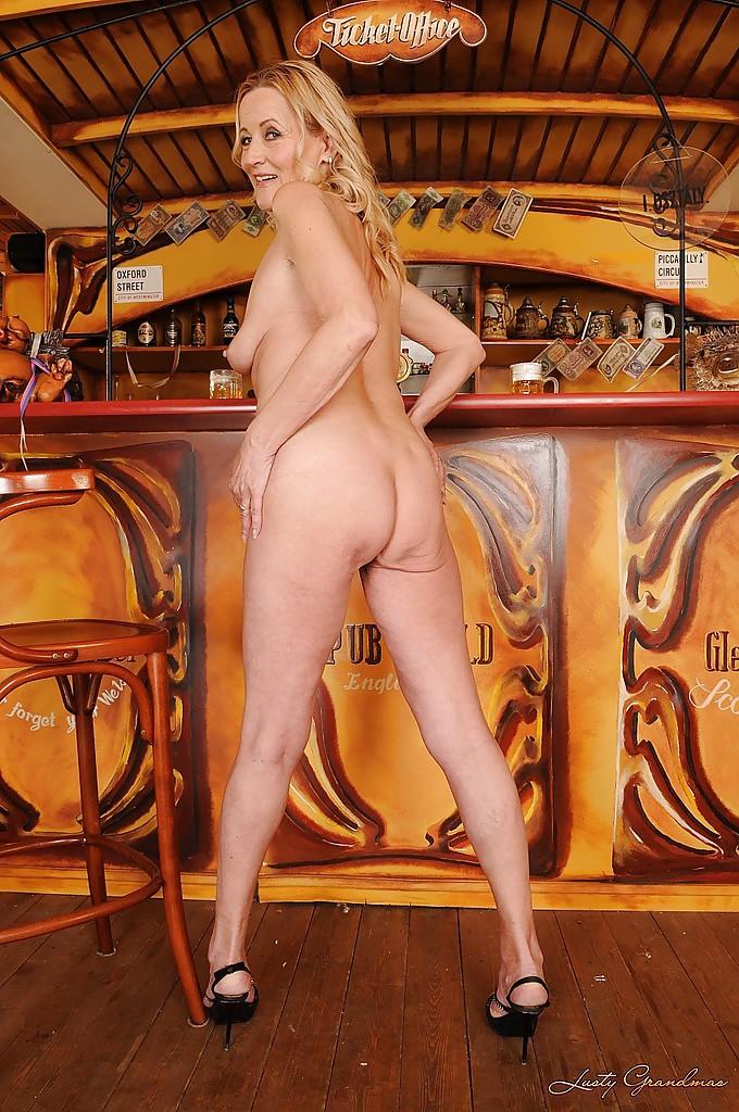 Зрелая официантка полностью оголилась возле барной стойки