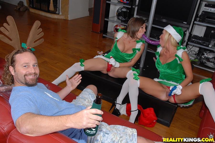 Девахи в униформе рождественских эльфов занимаются любовью при помощи самотыка