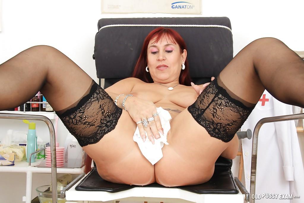 Возрастная нимфа трахает себя искуственным членом сидя в гинекологическом кресле смотреть эротику