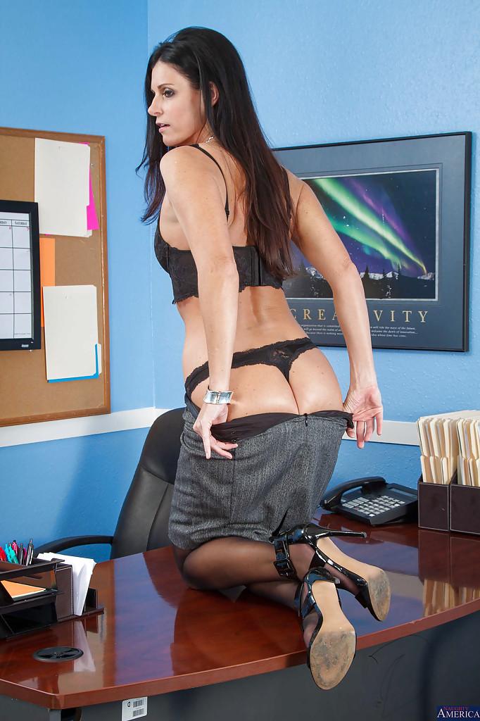 Мамка работающая помошницой в одних чулочках залезла на столик