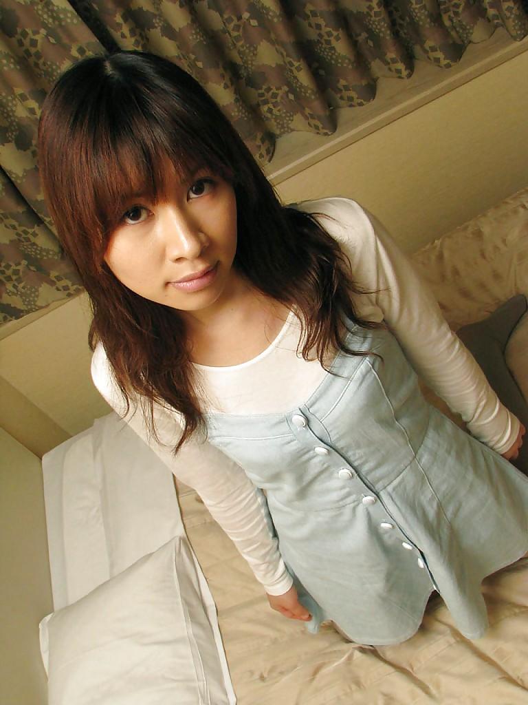 18-летняя японка стащила с себя одежду и белье в домашних условиях