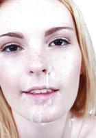 Молодая блондинка насадилась на фаллос побритой киской 16 фотография