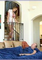 Американец трахает жену с большими сиськами на диване 1 фотография