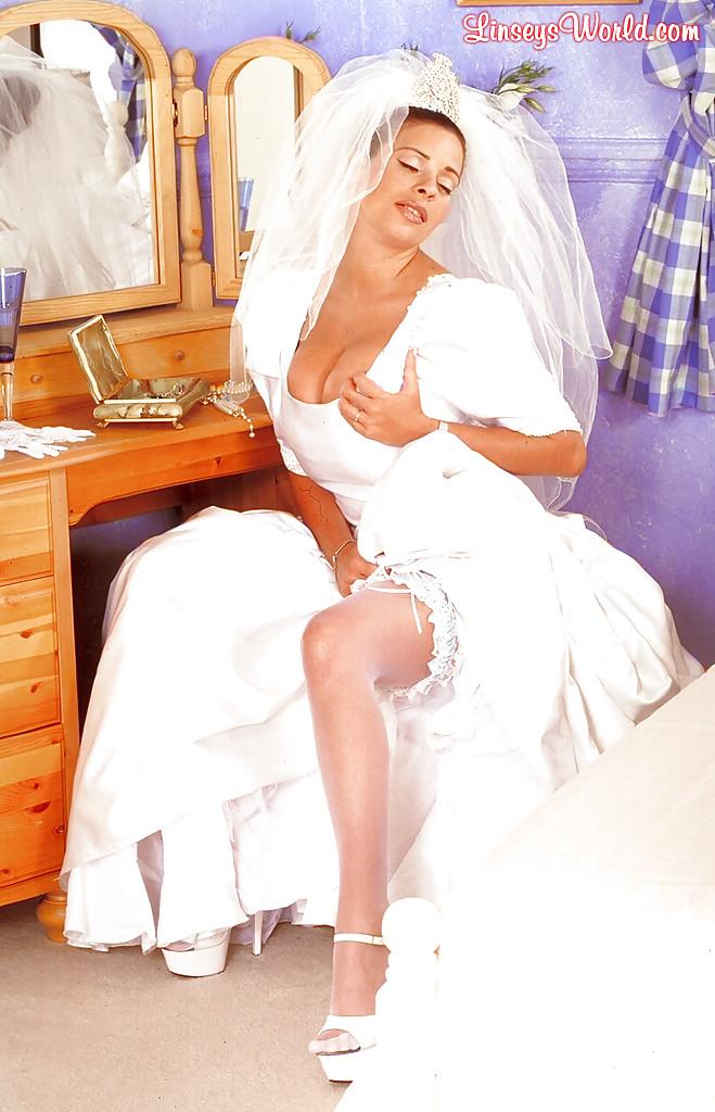 Сексуальная невеста грешит не снимая свадебное платье смотреть эротику