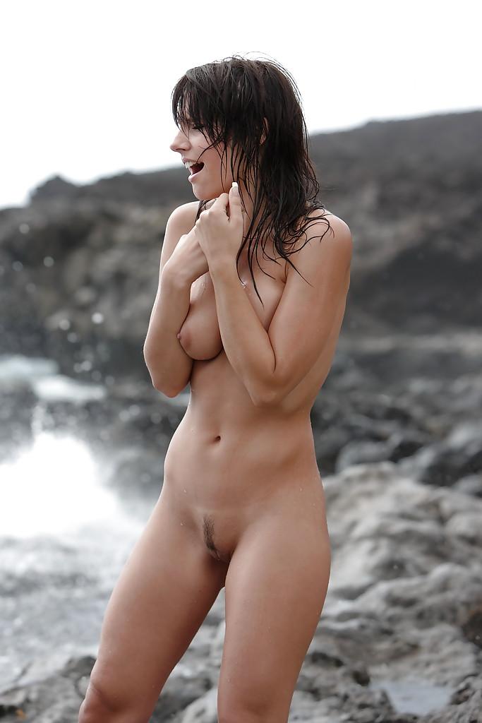 Юная красоточка делает селфи на застывшей лаве в голом виде секс фото