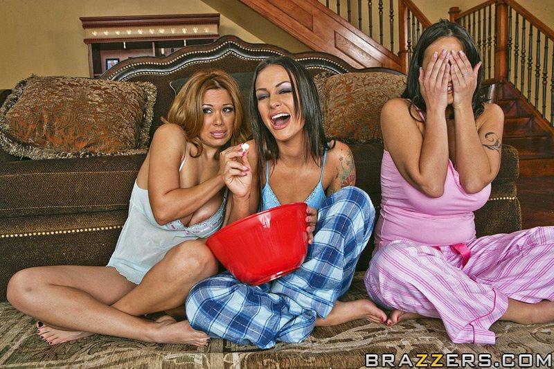 В особняке лысый самец занимается сексом сразу с тремя шалашовками