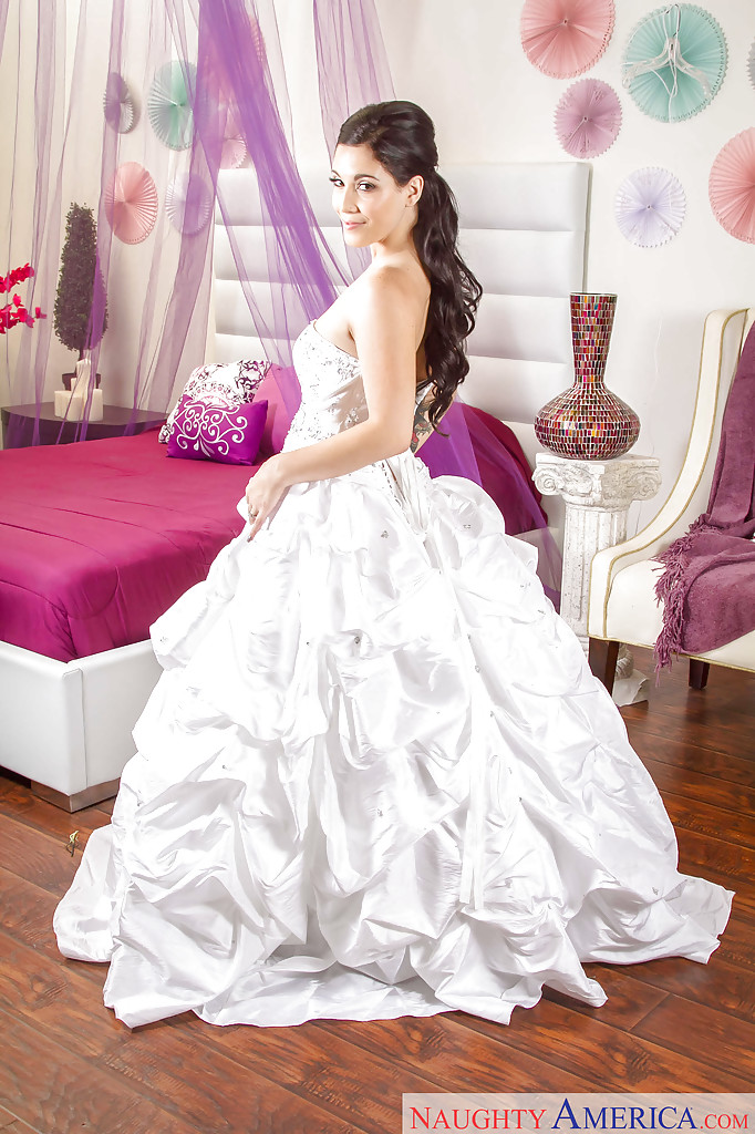 Невеста оголилась после примерки свадебного платья