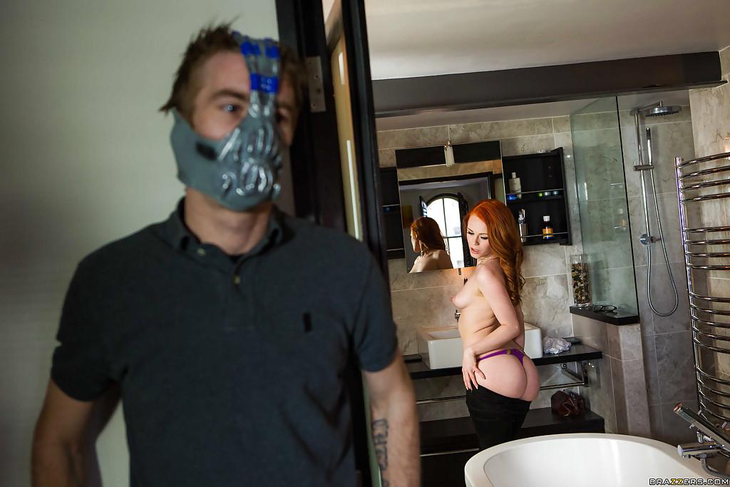 Рыженькая Elle Hughes лижет громадный член чувака в маске даже не раздеваясь