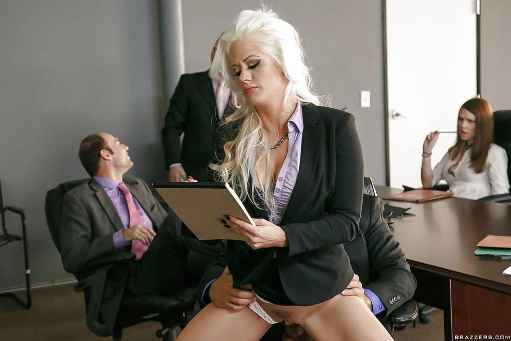 Менеджер порет в офисе блондинистую начальницу
