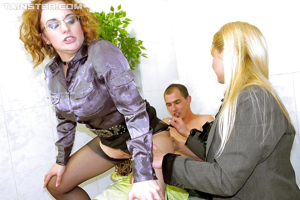 Мужик трахает по очереди двух зрелых женщин