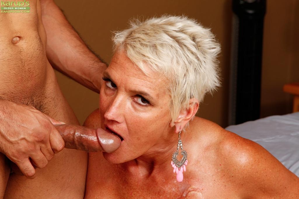 Коротко стриженная старушка насадилась вагиной на член любовника