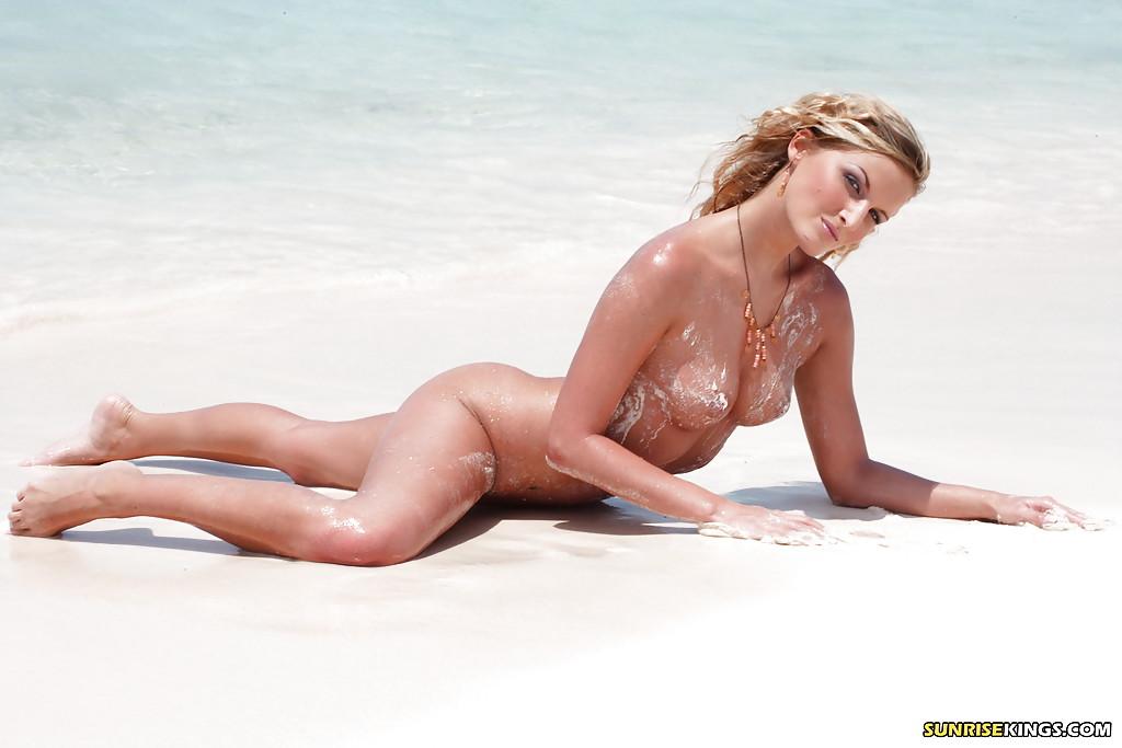 Грешница купается в море с светлым песком