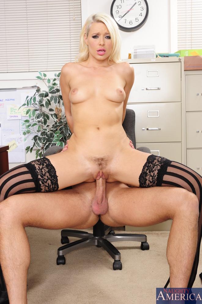 Менеджер трахает офисную работницу во время перерыва